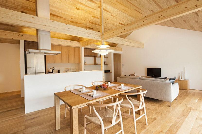 家の中と外とのつながりを楽しむ、すべての無駄を省いた広い室内空間